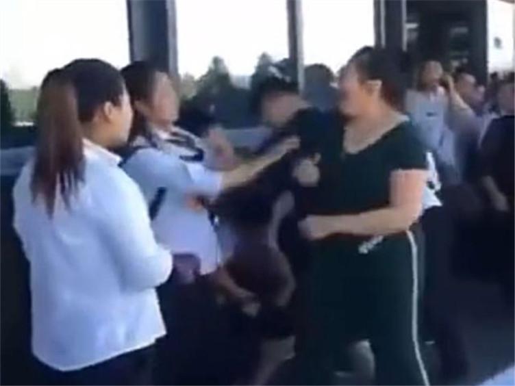 因孩子脚被踩,一家三口与兵马俑导游发生争执,警方已介入!
