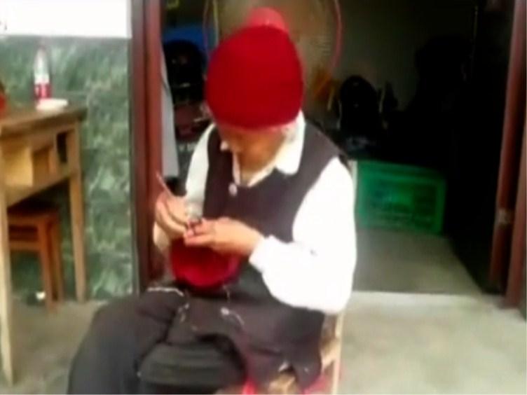 """96岁的婆婆坚持做""""老虎枕"""" 是为了什么?"""