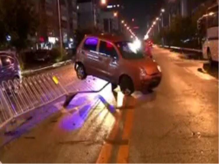 轿车撞到护栏骑在上面 司机弃车逃跑