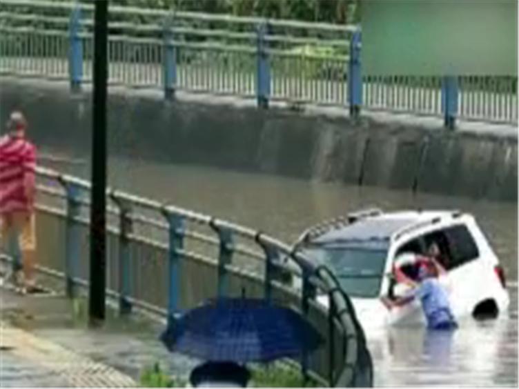 都江堰越野车被困积水隧道 热心民警助其脱险