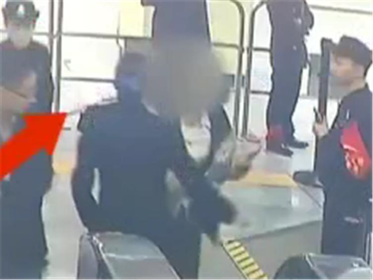 女子携带违禁品过安检被拦 怒打民警后竟还状告公安