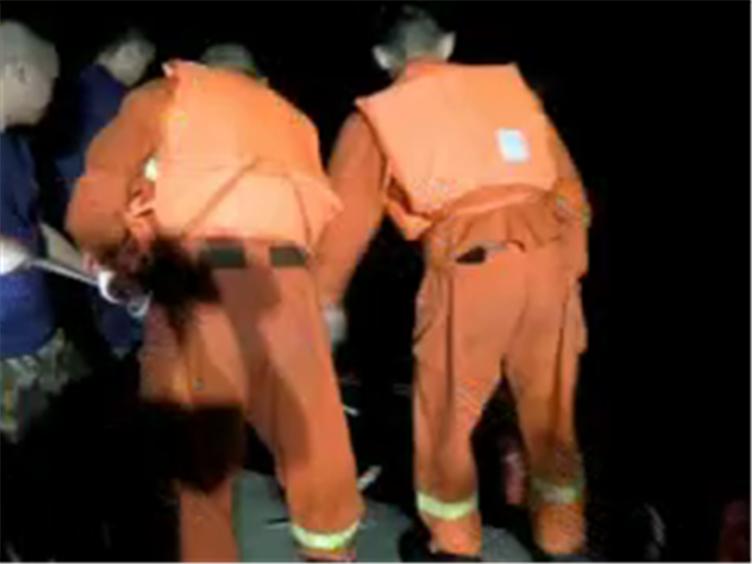"""大龄""""熊孩子""""!新都三男子钓鱼被困 已被救出"""