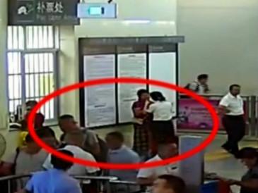 广东:女子买短乘长拒不补票 耍赖踢打检票员被拘留