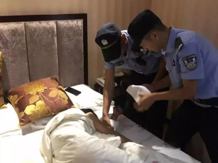 """冕宁一女孩朋友圈""""直播""""割腕自杀 民警上演生死营救"""