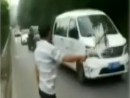 巴中一男子路边拦车强行收费不成 竟用砖头砸车