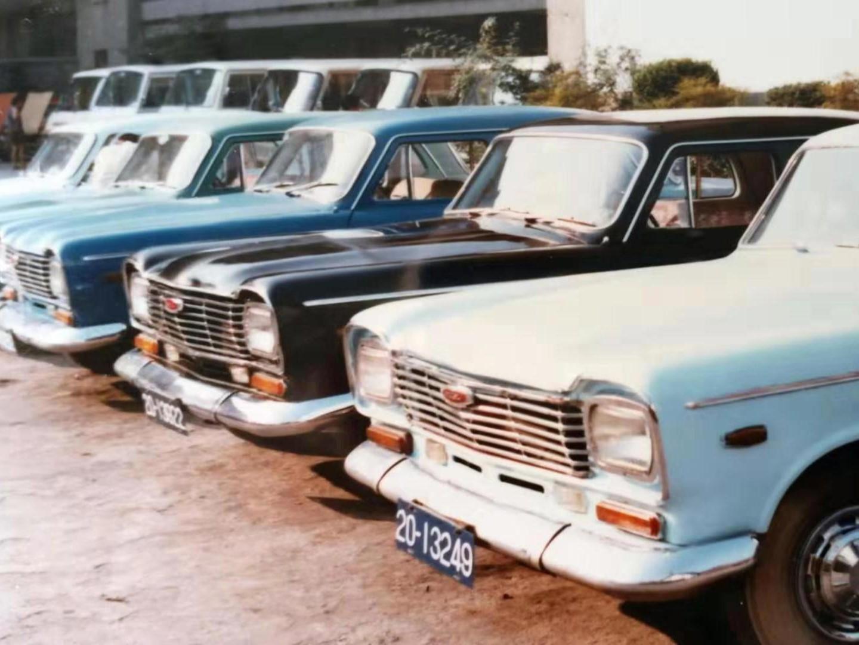 "车轮上的成都70年——成都的出租车从""<font color=red>奔驰</font>""开始"
