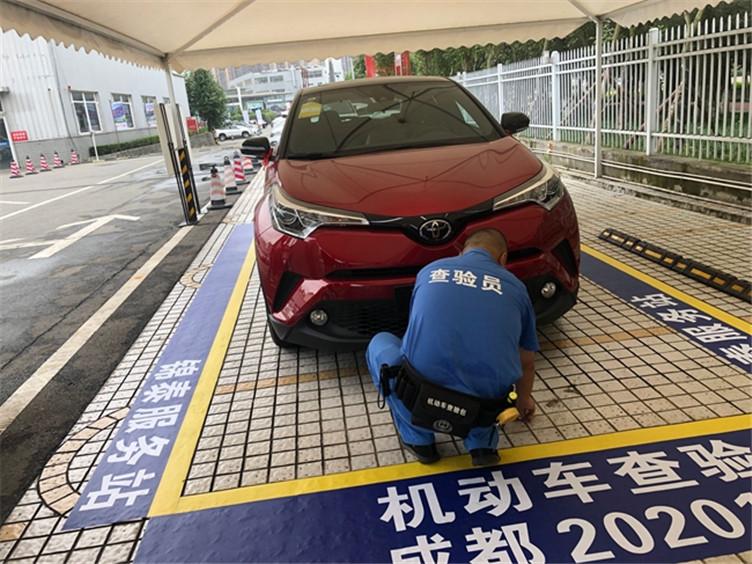 """成都交警推出购车""""零站式""""登记上牌服务 车辆上户更快捷"""