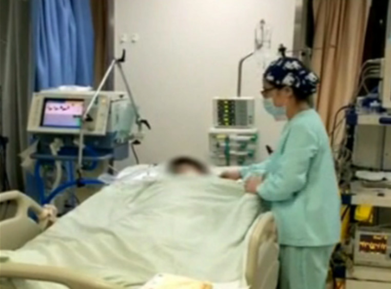 浙江一网约车司机驾驶途中心脏骤停 急诊护士跳上担架跪坐急救