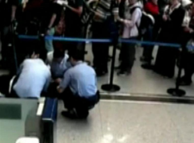 旅客候检时突发疾病 边检民警及时援手