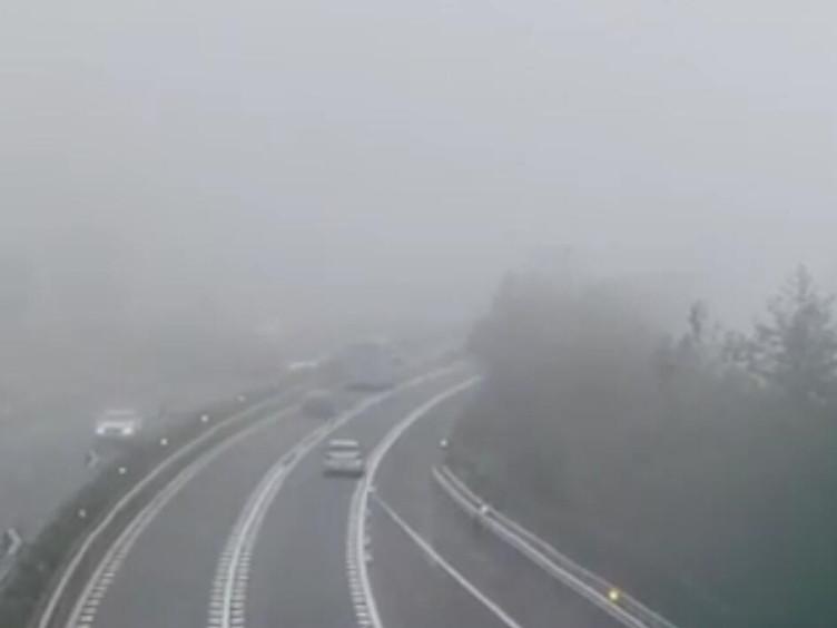 """今年首场大雾""""侵袭""""雅西 高速断道8小时"""