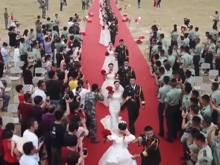 福建24名特种兵在部队举行集体婚礼 军车当婚车