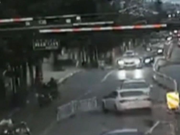 惊险!驾驶员突发癫痫 连撞7辆小车