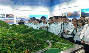 成都十七中黨員教師帶領學生參觀西部國際博覽城