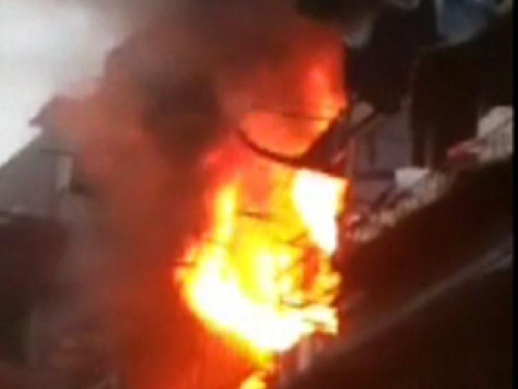 危险!电动车电瓶充电爆炸 火势直窜两层楼