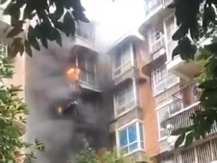 悲剧!金堂一小区突发火灾 6层楼被串烧造成1死1伤