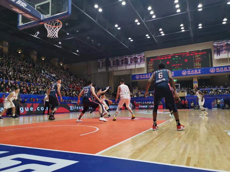 CBA四川男篮主场迎战广东东莞银行队 易建联拿下31分10篮板