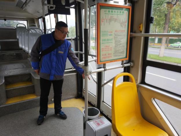 """公交車上""""準媽媽""""暈倒 司機乘客齊相助"""