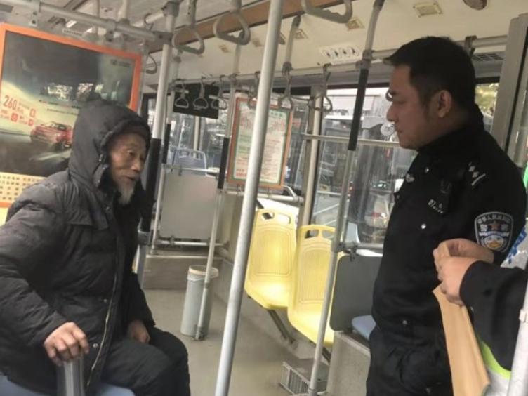 80岁大爷寒冬中迷路 公交司机暖心相助