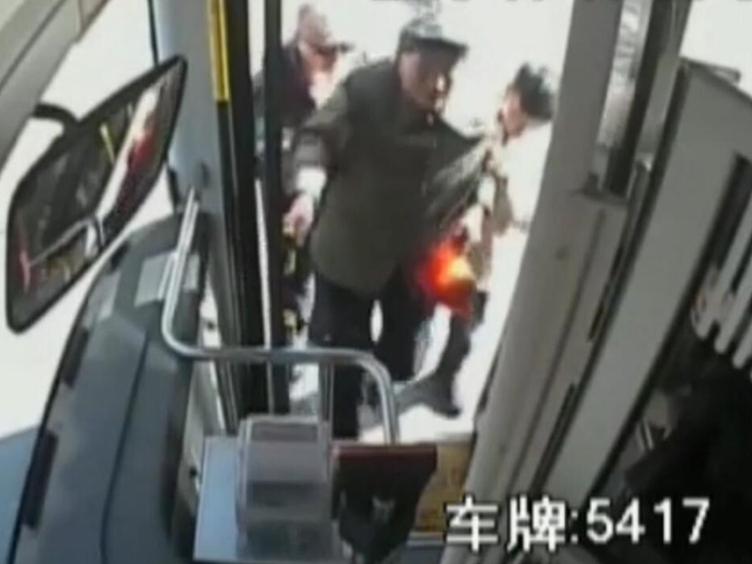 暖心!江苏公交车司机不顾劝阻停车救助摔跤老人:该扶还是要扶