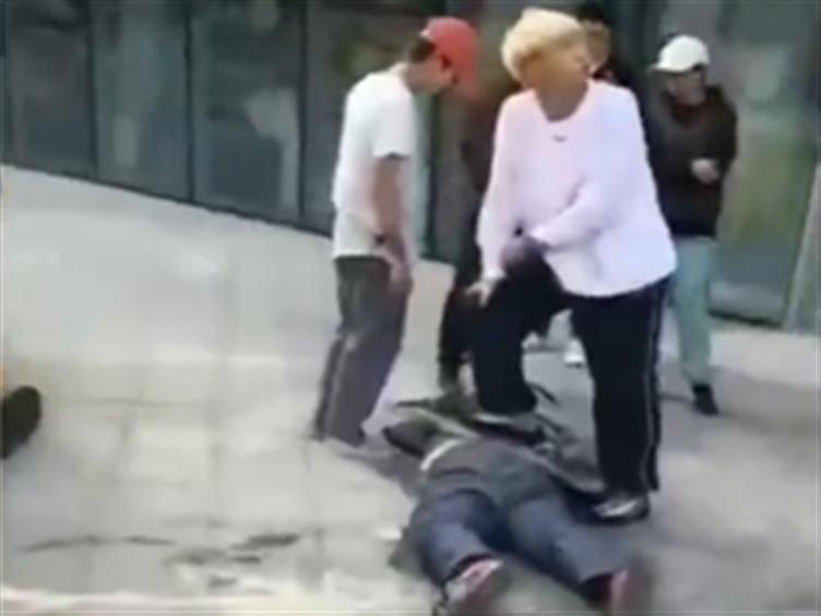 """彪形大汉突然扑倒女孩 """"滑板少年""""出手相助!"""