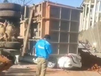 云南一重型货车侧翻致7死2伤
