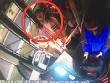 色大姐一女子晕倒 公交司机暖心相助