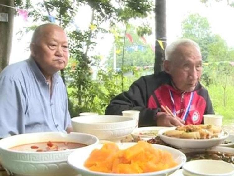 """八旬大爷个性""""养生"""":夏烤火 冬游泳"""