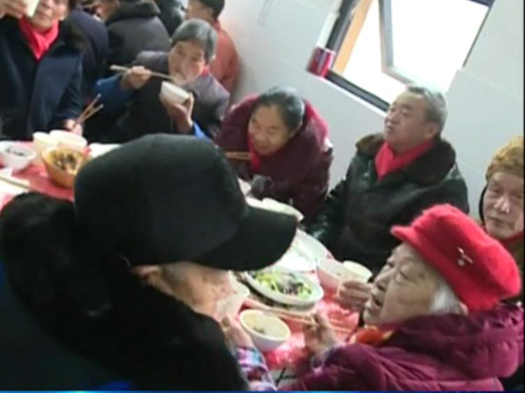 一桌18道菜 爱心坝坝宴邀请孤寡老人提前过年