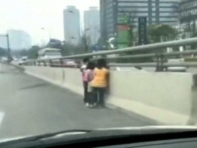 """金牛区:三小孩立交桥上""""看车耍""""交警开车挨个送回家"""