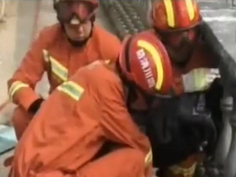 """""""熊孩子""""贪玩被护栏卡头 消防紧急救援"""