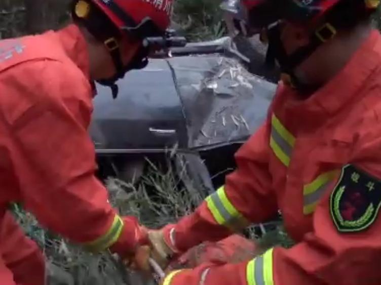 车辆坠崖 消防紧急出动救援