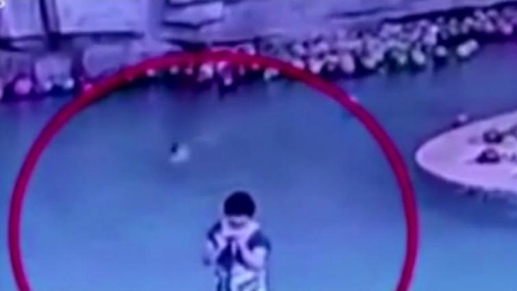 陕西6岁男孩游泳溺亡 家长竟在一旁玩手机
