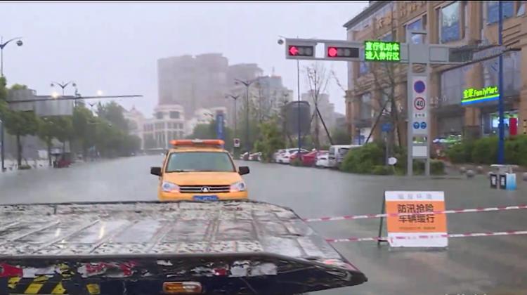 温江区迎强降雨 多路段交通管制