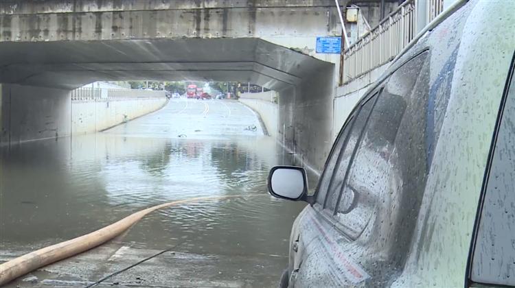 驾驶员被困积水隧道 交警仅用2分钟成功砸窗救人