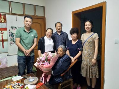 张琼到成都高新区肖家河街道正街社区慰问百岁老人