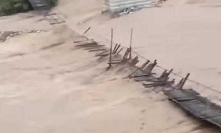 """重庆网红""""甩甩桥""""重新开放 曾屡次遭洪水冲毁"""
