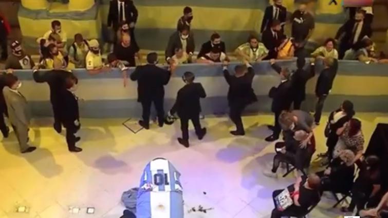 马拉多纳遗体告别仪式举行,棺椁覆盖10号球衣