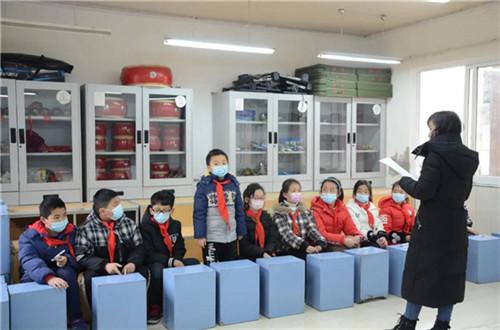 教师代表、学生代表的问卷调查和座谈照片4.jpg