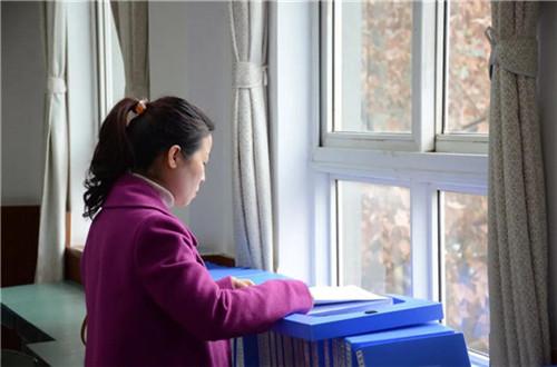 评审组专家查阅了学校迎检档案3.jpg
