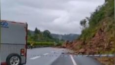 边坡垮塌致道路中断 银昆高速部分主线无法通行
